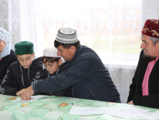 Бауржан Тидарбеков из Аллак (в центре) помогает тюбукским мальчишкам понять основы ислама. Слева на фото – Римма Хасанова и имам-хатыб Махалля мечети Альберт Фаритович Абдрахимов (справа)