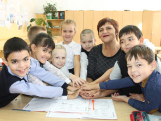 Второклашки школы №25 со своей учительницей Ольгой Михайловной Деменевой