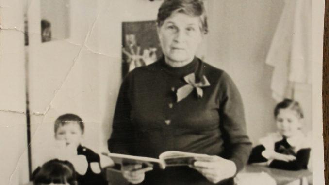 Александра Степановна Чернышова с учениками. Фото 1986 года