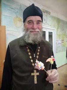 Отец Георгий присоединился к детям и тоже слепил из пластилина фигурки ангелочков