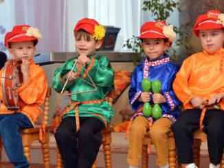 На народных инструментах дети играют с удовольствием