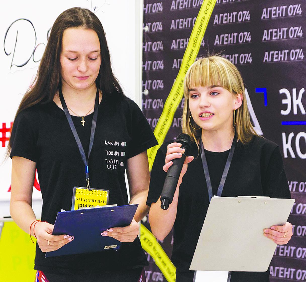 Студентки техникума Ольга Ровбудь и Елена Голышева