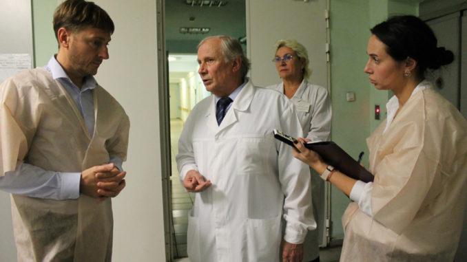 Министр здравоохранения Юрий Алексеевич Семенов и и.о. главного врача больницы Виктор Алексеевич Щербаков