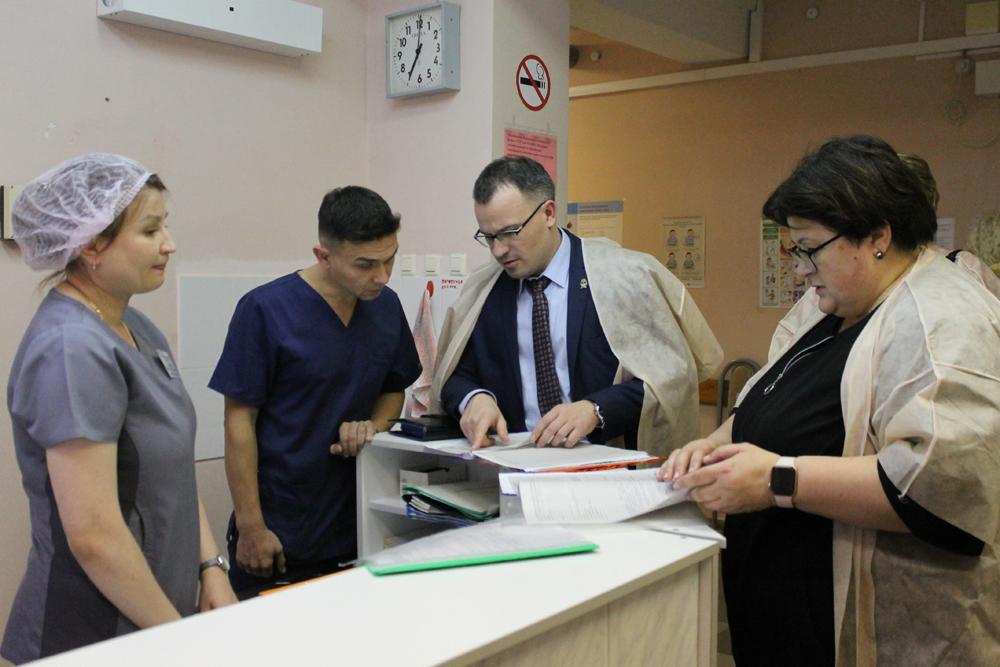 Специалисты регионального минздрава изучают документацию «Открытой поликлиники»