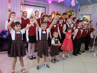 Выступают воспитанники Центра помощи детям