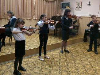 Играет ансамбль скрипачей «Вишневит»