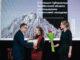 Губернатор Алексей Текслер вручает награду Полине Шараповой