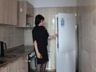 Светлана Злоказова, заместитель директора Центра помощи детям, демонстрирует оборудованную всем необходимым кухню