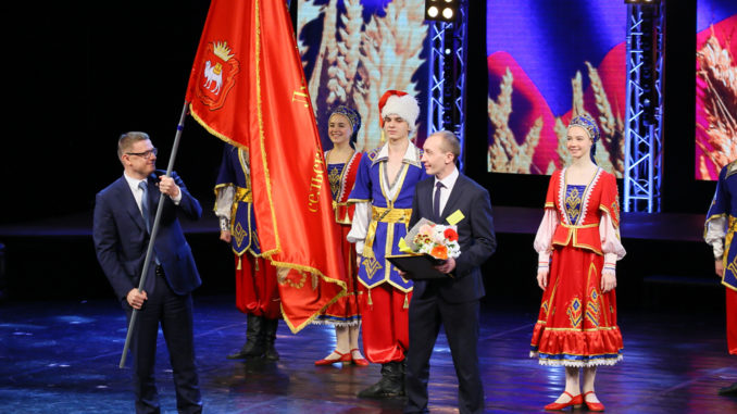 Губернатор Алексей Текслер вручил Троицкому району знамя лучшего сельскохозяйственного района