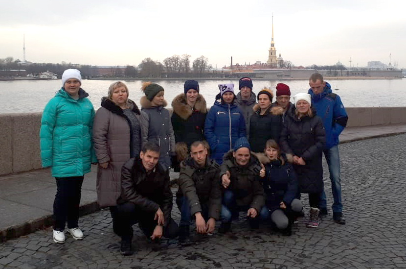 Танцевальный коллектив «Ровесник» на набережной реки Нева