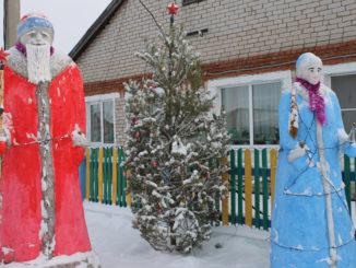 Снежные фигуры у дома Исламовых на улице Победы в Красном Партизане