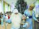 Дед Мороз (Василий Голунов), мышонок (Нариман Хасанов) Снегурочка (Елена Ксенофонтова). Это первая ёлка в жизни двухлетнего Наримана из поселка Береговой