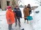 Нурзида Давлетшина, Таслима Янбаева, Минигуль Лавшербанова и Рашид Иштимиров за строительством снежной горки