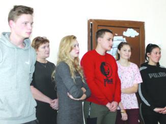 Выпускники Центра помощи детям на открытии социальной гостиницы