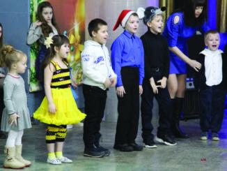 Поют младшые воспитанники воскресной школы