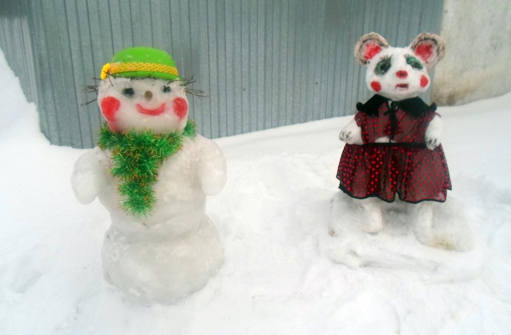 Снежные фигурки, выполненные Зоей Константиновной Кузнецовой