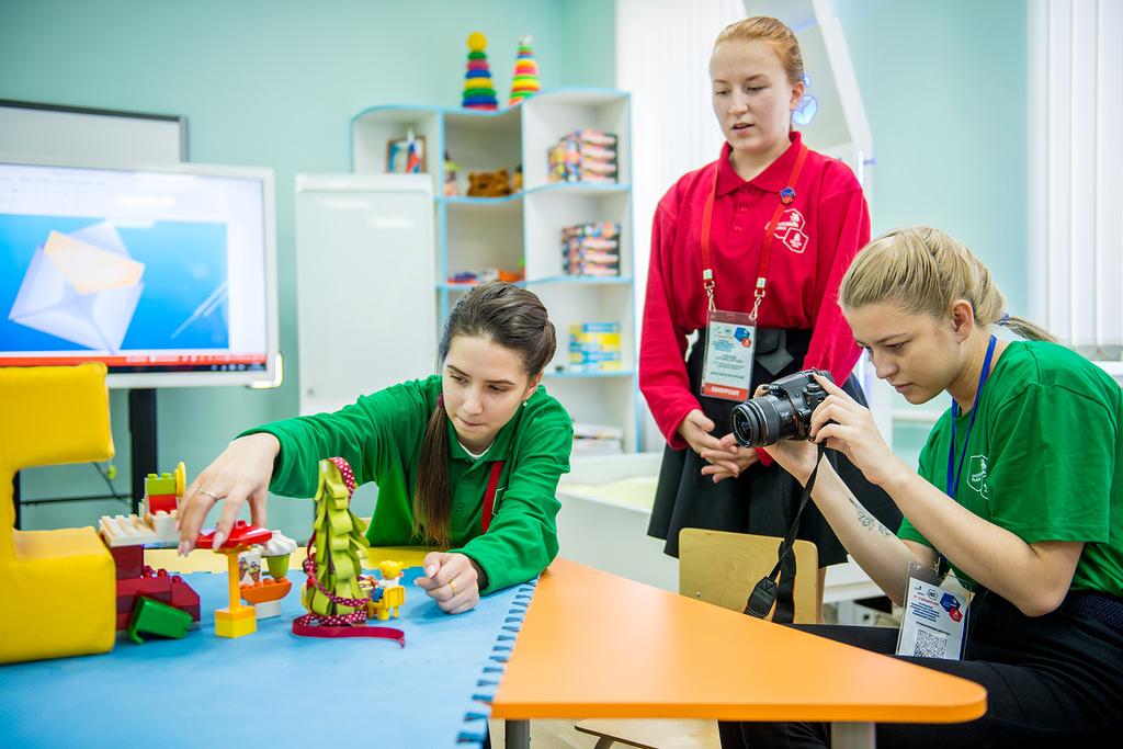 Студентка 4 курса Екатерина Злоказова (в центре) работает по созданию мультфильма