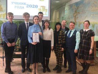 Василиса Яшкина (в центре) с группой поддержки