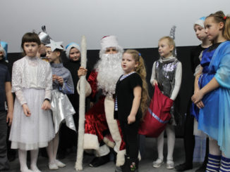 Дед Мороз со свитой слушают стихотворение про новый год