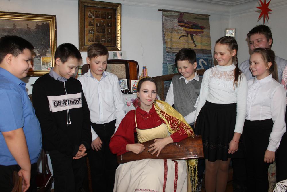 Многие школьники впервые увидели старинный русский народный инструмент – гусли, и завороженно, с интересом слушали, как он звучит