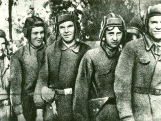 Александр Константинович Сугоняев (крайний справа) с сослуживцами. Фото 1944 г.