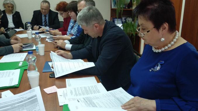 Члены комиссии изучают подготовленные специалистами администрации документы