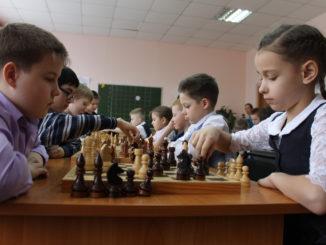 Белыми играет Алексей Лепаловский, чёрными – Ярослава Голунова