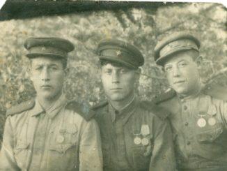 Алексей Булаев (в центре) с фронтовыми товарищами. Фото август 1943 г.