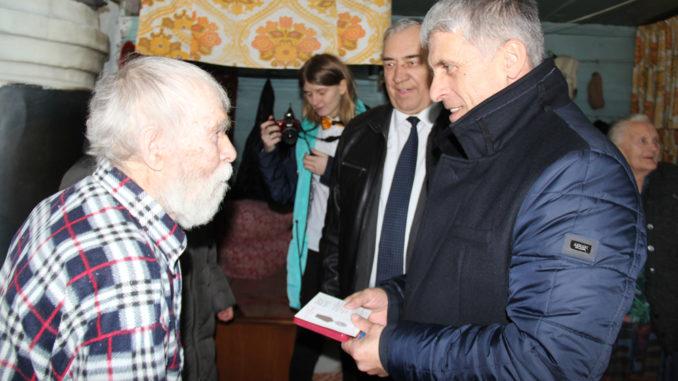 Виктор Федорович Кудрявцев принимает поздравления от главы Игоря Владиславовича Колышева
