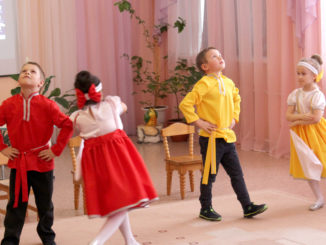 Ребята из группы «Гномы» танцуют «Кадриль»