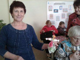 Марина Леонидовна Казакова демонстрирует куклу-оберег