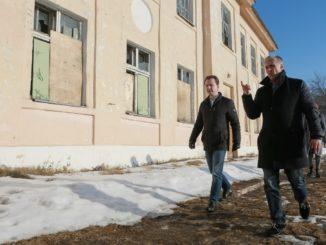 Владимир Бурматов и Игорь Колышев осматривают здание школы №25 на улице Калинина