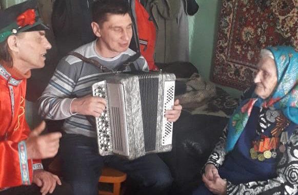 Василий и Пётр Глуховы исполняют для Нины Фёдоровны Елисеевой песню «Катюша»