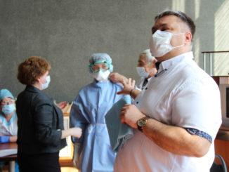 Главный внештатный эпидемиолог Минздрава Александр Выгоняйлов проводит инструктаж для сотрудников больницы
