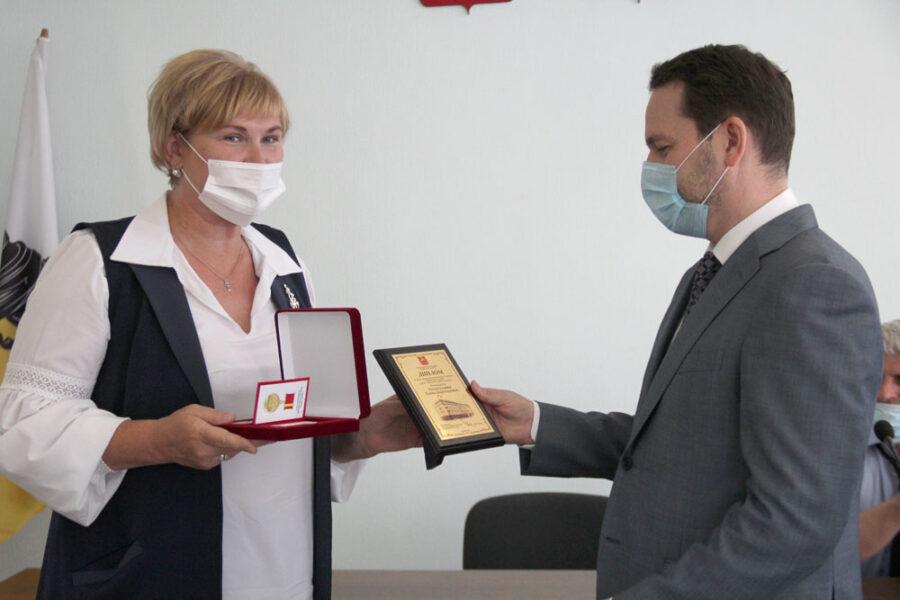 Елена Гиззатуллина принимает награду от Павла Киселева