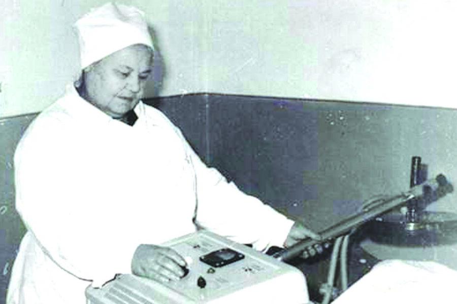Л.В. Зайкова – первая медсестра физиотерапевтического кабинета