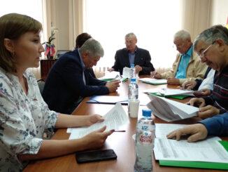 Комиссию по бюджету ведет её председатель Владислав Викторович Широков (в центре)