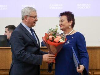 Владимир Мякуш вручает Ларисе Лобашовой грамоту за высокий уровень профессионализма и обеспечение конкурентных открытых выборов в ходе избирательной кампании 2019 года