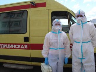Медсестра Светлана Щердакова и водитель Андрей Глухих готовы к выезду для забора анализов и отслеживания самочувствия пациентов с подозрением на коронавирус