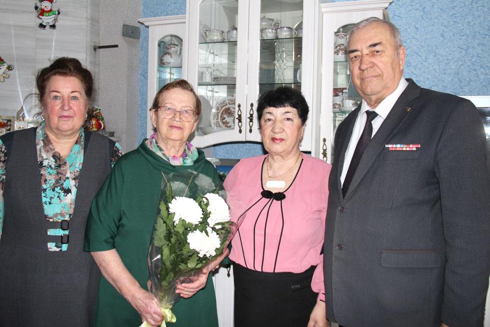 Фаину Петровну (вторая слева) с юбилеем поздравили Галина Васильевна Уракова, Фагиля Михайловна Фокина и Александр Егорович Фишер