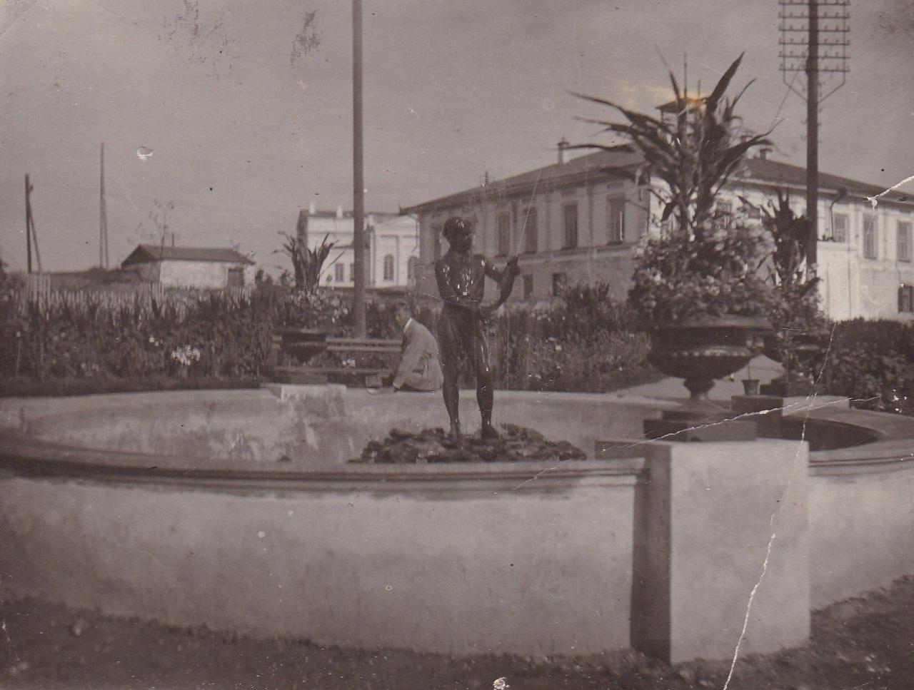 Фонтан 'Пионер с рыбой ' (автор - Н.Н. Горский) у бывшего заводоуправления. Фото 1930-х гг.