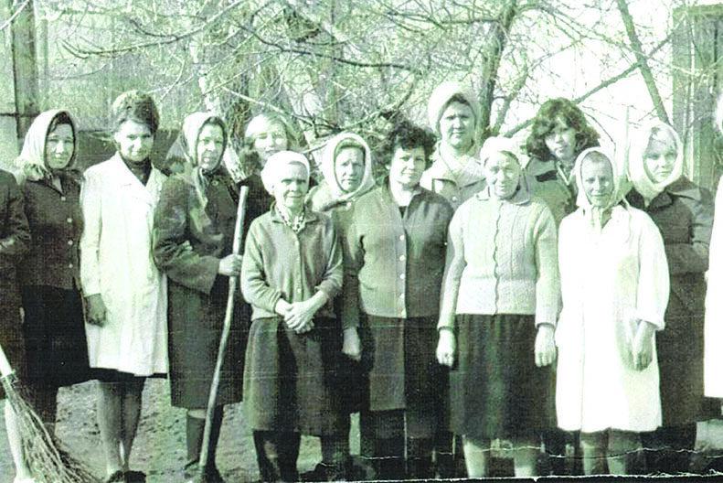 Сотрудники поликлиники (по ул. Свердлова) на субботнике