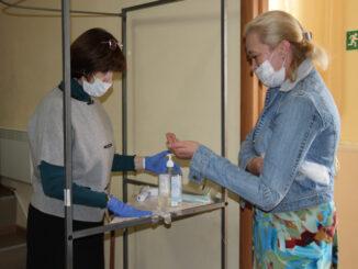 При входе на участок в ДШИ, участники голосования обрабатывали руки антисептиком, надевали перчатки и маску