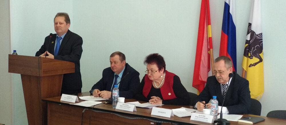 Депутат Валерий Александрович Ласьков информирует коллег о работе профильной комиссии