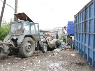 Идет уборка территории контейнерной площадки на улице Ретнева в Каслях