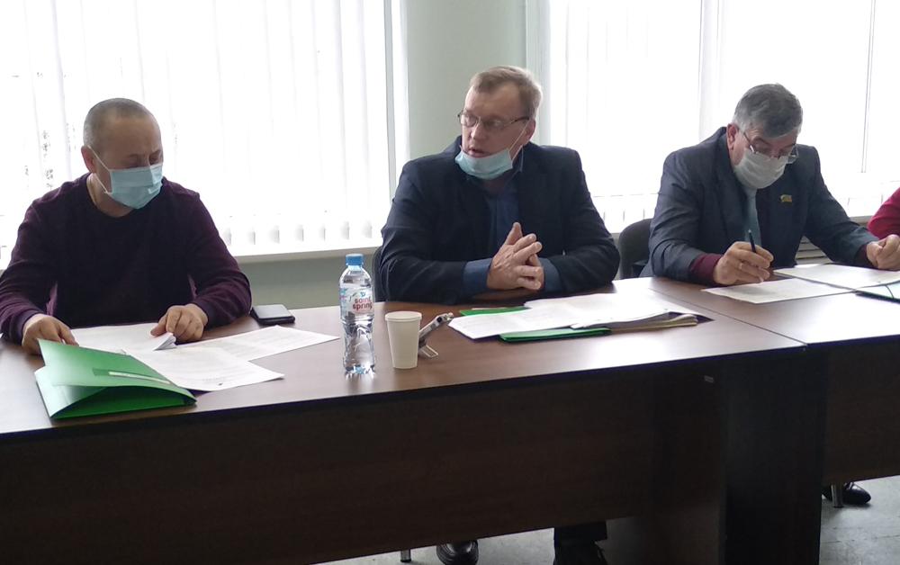 Александр Теплых (в центре) во время работы сессии
