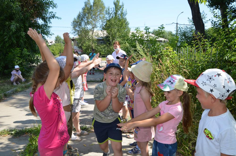 В лагере дневного пребывания на базе школы №27 для активных детей —  День веселых игр, повышающих настроение
