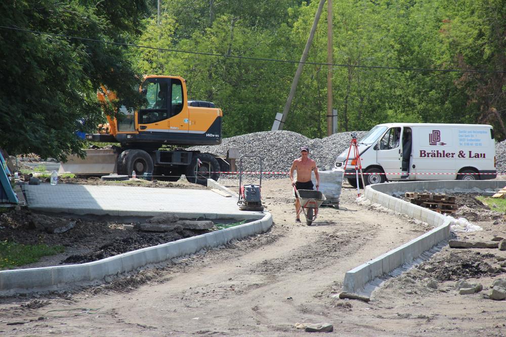 В городе Касли полным ходом идут строительные работы в спортивной зоне будущего сквера «Молодежный»