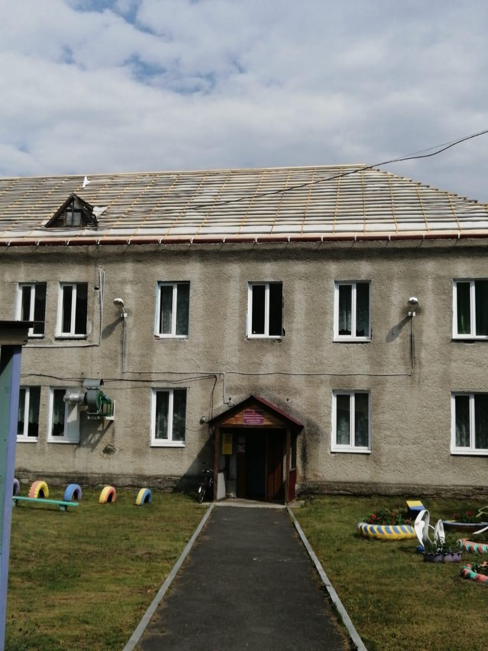 В п. Маук на здании детского сада начались ремонтные работы по восстановлению кровли