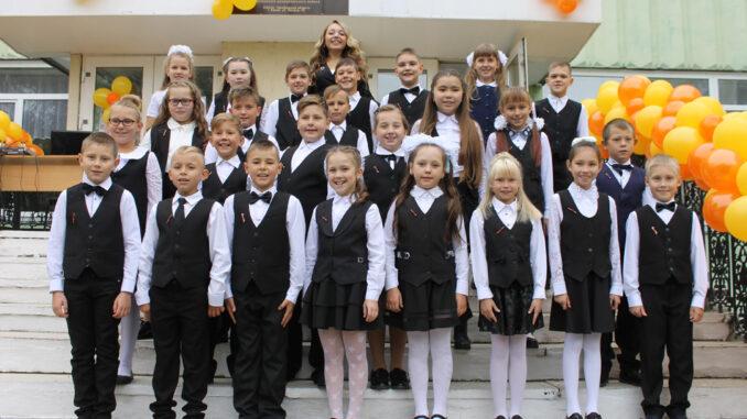 Учащиеся 4-го класса школы №27 г. Касли на сентябрьской торжественной линейке (Фото из архива. 2019 год)